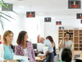 Paloma Adrados visita la nueva oficina de atención al ciudadano