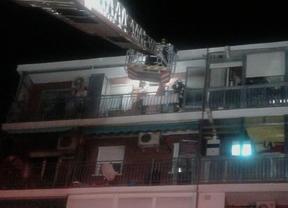 Los bomberos acceden a las viviendas afectadas.