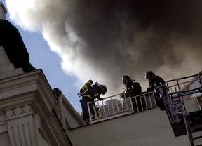 Un incendio en el Teatro Alcázar cubre el centro de humo