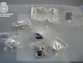 La Policía interviene más de 62.000 objetos falsificados de marcas como Chanel, Bulgari o Tous