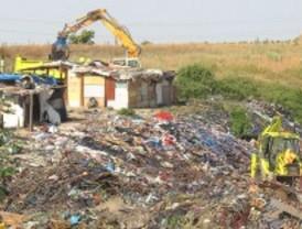 El Ayuntamiento empieza a limpiar el poblado de 'El Gallinero' de basura y ratas