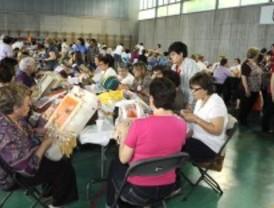 270 bolilleras muestran sus encajes en Valdemoro