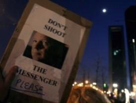 Cientos de personas se manifiestan ante la embajada británica para pedir la libertad de Julian Assange