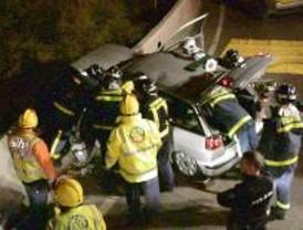 Tres heridos tras impactar su coche con una rotonda