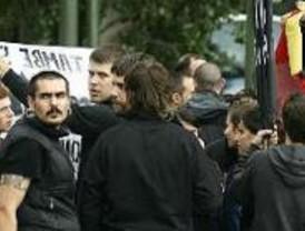 Independentistas catalanes y ultraderechistas se enfrentan a gritos en Colón