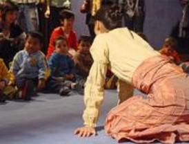 El Centro Cultural de la Villa 'rompe el cascarón' con teatro para bebés