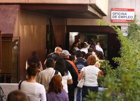 Gente esperando a las puertas de una oficina de empleo