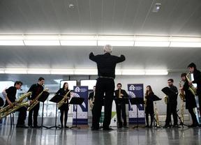 Un concierto de saxofones sorprende a los viajeros en Atocha