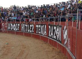 Aparece una pintada nazi en la plaza de toros de Pinto