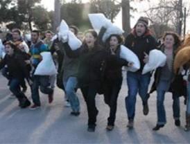 Convocan una batalla de almohadas internacional en Plaza de España