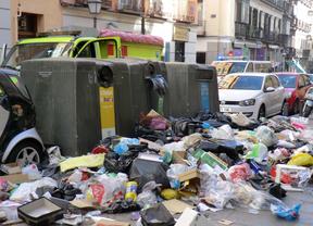 Montones de basura en la calzada. Calle Augusto Figueroa.