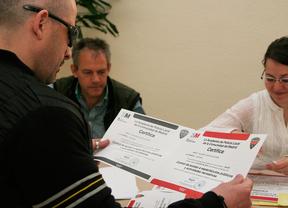 Un portero recoge su certificado
