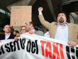 Miles de taxistas se concentran en Barajas contra el intrusismo
