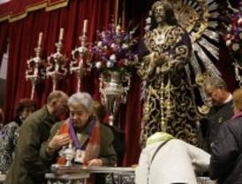 Miles de fieles acuden a besar al Cristo de Medinaceli