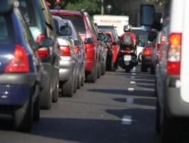 La ruptura de una tubería corta el tráfico en el paseo de Yeserías