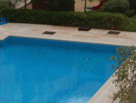 Rescatan a una niña del limpiafondos de una piscina