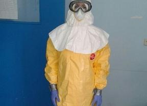 Médico vestida con el traje para tratar enfermos de ébola