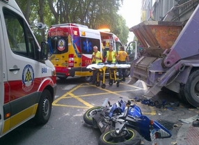 Herido grave un motorista tras chocar con un camión de escombros