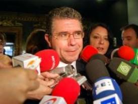 La oposición llama a comparecer a tres hombres de Granados en Interior