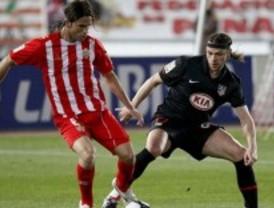 El Atlético frena su progresión en Almería al encajar un gol en el minuto 87