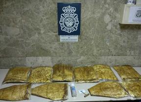18 detenidos por introducir cocaína en Barajas con ayuda de tres empleados
