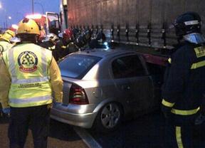 Un conductor sale ileso tras ser arrastrado casi cien metros por un camión
