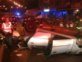 Los bomberos rescatan al conductor de un coche que volcó tras dar varias vueltas de campana