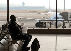 Pasajero esperando en el aeropuerto de Barajas