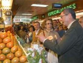 Gallardón destaca que el Ayuntamiento ha invertido 15 millones en los mercados
