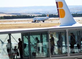 Pasajeros embarcan en un vuelo de Iberia