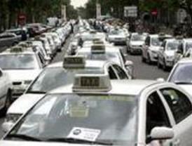 Concentración de taxistas en la Audiencia Provincial por el asesinato de un compañero