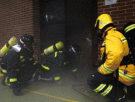 Un incendio en un garaje de Alcalá obliga a desalojar a 80 personas
