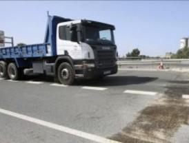 Un camión choca con un puente en la A-42