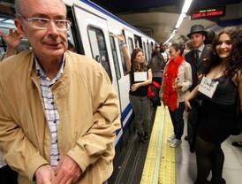Con esmoquin, y al Metro