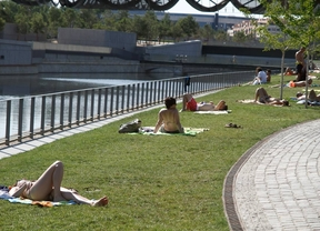Gente tomando el sol a la orilla del rio Manzanares