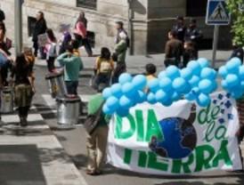 Pasacalle, disfraces y teatro conmemoran el Día de la Tierra
