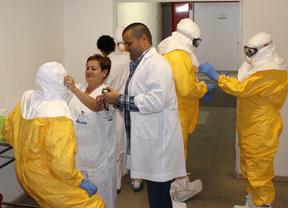 El equipo del Carlos III se prepara para atender a un contagiado por ébola.
