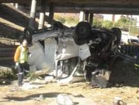 Herido leve un hombre cuya furgoneta se despeñó desde un puente de la M-40