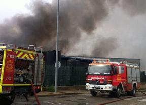 Los bomberos extinguen un incendio en Campo Real en una nave de productos químicos