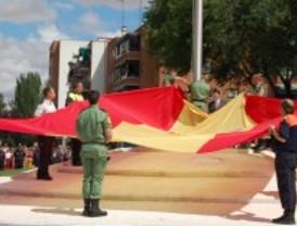 El alcalde de Alcalá de Henares iza una gran bandera de España en la localidad