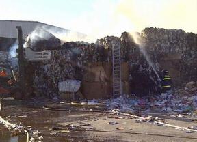Arde una empresa de reciclaje de papel en Vicálvaro