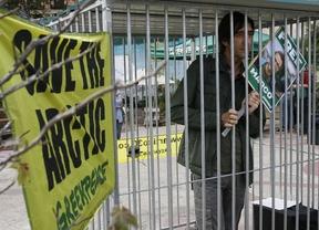 Famosos 'entre rejas' piden la liberación de activistas de Greenpeace en Rusia