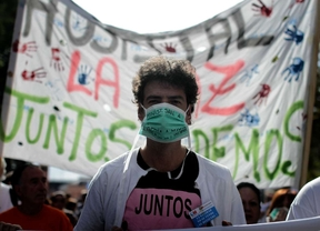 Un manifestante con el lema 'juntos podemos'.