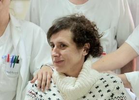 El alcalde de Alcorcón entrega a Teresa Romero un perro de adopción