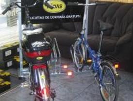 Una empresa de reparación de coches presta 'bicis'