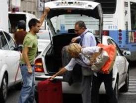 El taxi exige luchar contra la competencia desleal y demanda paradas del siglo XXI