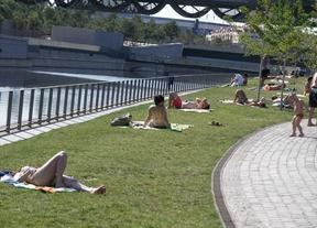 Los madrileños encuentran la playa en las fuentes de Madrid Río