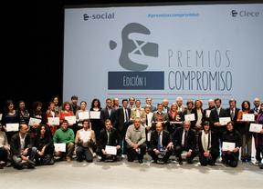 Foto de familia de los finalistas y ganadores de los premios Compromiso
