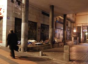 Un grupo de 'sin techo' duerme en una galería comercial del Paseo de las Delicias, el invierno pasado