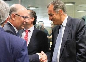 Cristobal Montoro saluda a Enrique Ossorio en el Consejo de Política Fiscal y Financiera.